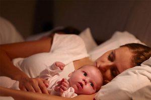 em bé sơ sinh thức khuya